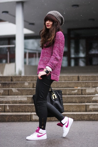 white-nike-shoes-maroon-zara-sweater-black-prada-bag-black-oasis-pants_400